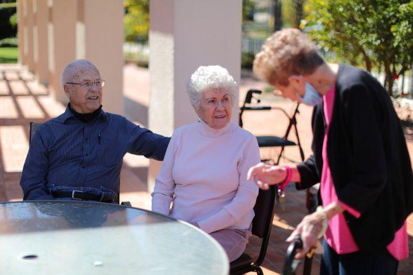 दूसरे विश्व युद्ध में हिस्सा ले चुके 94 साल के विलियम लॉयड रॉबर्ट्स और उनकी पत्नी 91 साल की इरमा ली हन्ना रॉबर्ट्स ने कैलिफोर्निया में वैक्सीन लगवाई।