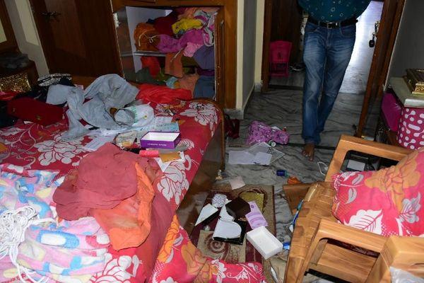 लूट की घटना के बाद घर में बिखरा पड़ा सामान।