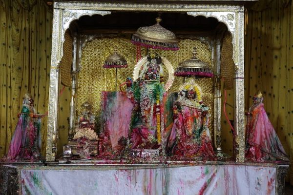 होली पर्व पर गोविंददेव जी मंदिर में ठाकुर जी रंग-बिरंगे गुलाल में रंगे नजर आए।