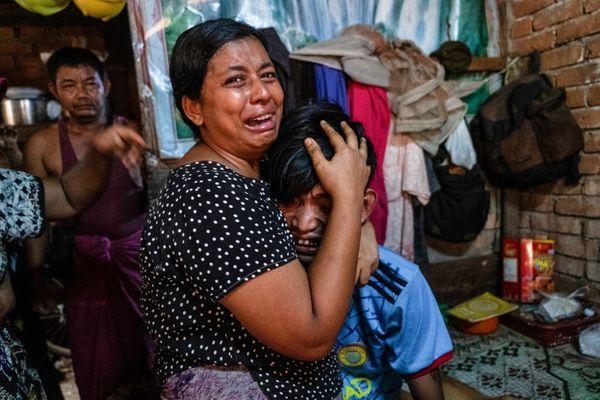 म्यांमार के कचिन स्टेट में सबसे ज्यादा प्रदर्शन हो रहा है। यहां सेना प्रदर्शनकारियों का दमन भी तेजी से कर रही है। तस्वीर में सेना से अपने परिवार को छोड़ देने का आग्रह करती महिला।