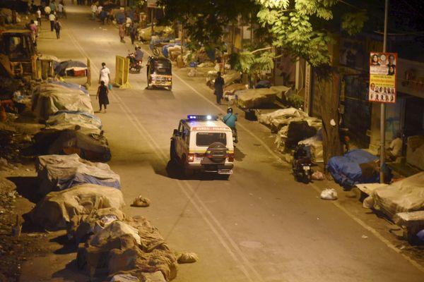 मुंबई में नाइट कर्फ्यू के दौरान सड़कों पर पसरा सन्नाटा।
