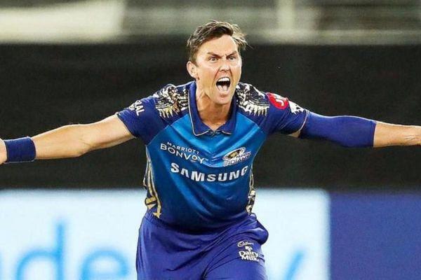 बोल्ट ने IPL 2020 में मुंबई से खेलते हुए 15 मैच में 25 विकेट लिए थे।