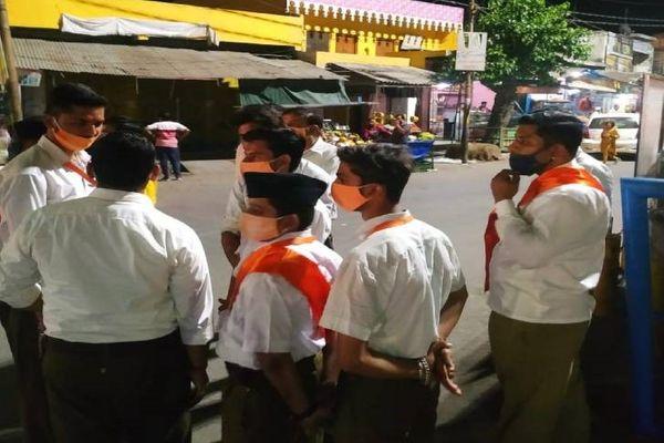 प्रशासन ने कोरोना गाइडलाइन के पालन के लिए RSS के स्वयंसेवकों से भी मदद मांगी है। RSS के कार्यकर्ताओं में भी 2 लोग पॉजिटिव पाए गए हैं।