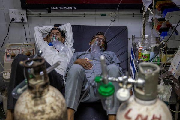 तस्वीर दिल्ली के लोगों, जय जय प्रकाश अस्पताल की है।  कोरोना के मामलों की बढ़ती संख्या के बाद, दो मरीजों का इलाज यहां एक बिस्तर में किया जाना है।
