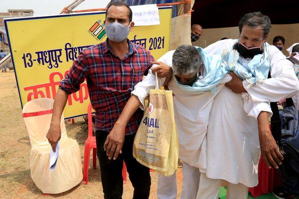 झारखंड के देवघर के कुमैठा स्टेडियम में शुक्रवार को चुनाव सामग्री बांटी गई। इस बीच एक चुनाव कर्मचारी बेहोश हो गया।