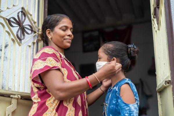 WHO ने कहा कि मास्क काफी हद तक वायरस को रोकेगा। भारत में भी गांवों तक पहुंचा मास्क का इस्तेमाल।