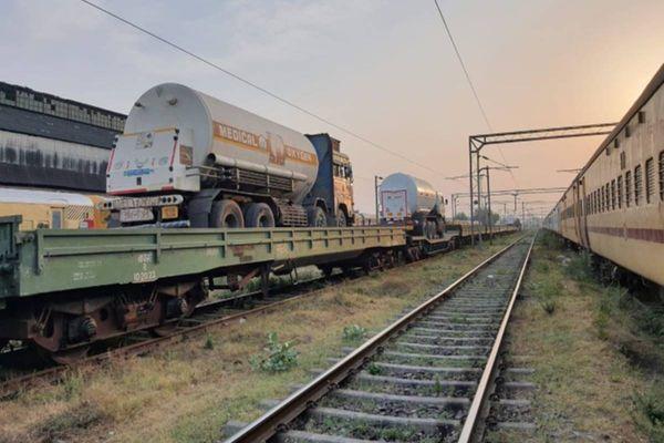 ऑक्सीजन एक्सप्रेस ट्रेन में टैंकर्स को लादकर प्लांट से सीधे अलग-अलग शहरों तक ले जाने का इंतजाम है।