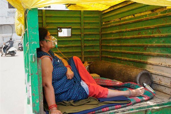कानपुर में ऑक्सीजन सपोर्ट पर मेटाडोर में एक कोरोना वायरस पॉजिटिव महिला हॉस्पिटल में भर्ती होने का इंतजार करते हुए।