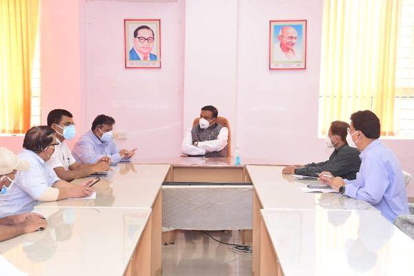 समीक्षा बैठक में मंत्री सिंह बीएमसी प्रबंधन से चर्चा करते हुए।