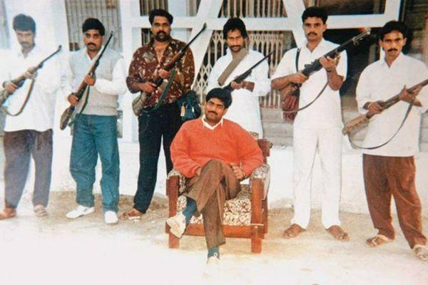 1990 के दशक में शहाबुद्दीन का यह फोटो, जो उसने अपने गुर्गों क साथ खिंचवाया था।