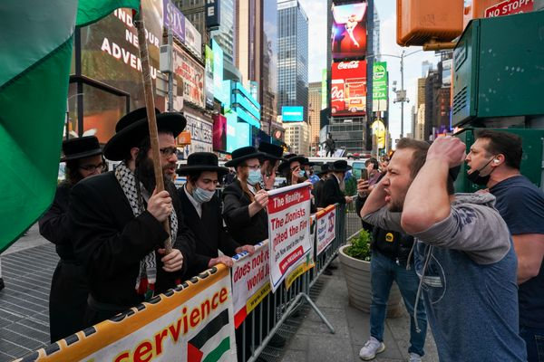 अमेरिका के टाइम्स स्क्वायर पर इजराइल और फिलिस्तीन के सपोर्ट्स ने प्रदर्श किया।