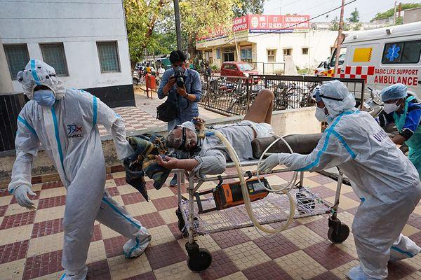 कानपुर के एक अस्पताल में गंभीर मरीज को स्ट्रेचर पर लेकर जाते स्वास्थ्यकर्मी। नए वैरिएंट पर हुई स्टडी इशारा करती है कि दूसरी लहर में गंभीर मरीजों की बढ़ी संख्या के लिए भी B.1.617 ही जिम्मेदार है।