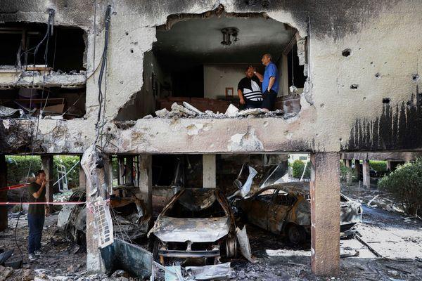 फोटो सेंट्रल इजराइल के पेटः टिकवा इलाके की है। यहां यहूदी कम्युनिटी के लोगों ने फिलिस्तीन के रॉकेट हमलों में बर्बाद हो चुके अपार्टमेंट का मुआयना किया।