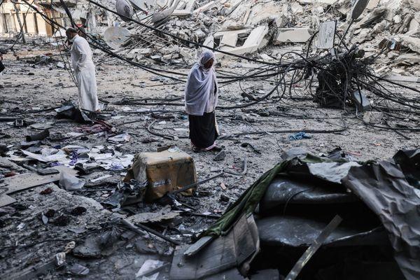 फिलिस्तीन के गाजा पट्टी में इजराइल ने सबसे ज्यादा एयर स्ट्राइक कीं। ऐसी ही एक एयरस्ट्राइ में तबाह हुए शाहरूक टावर के मलबे को देखते स्थानीय लोग।