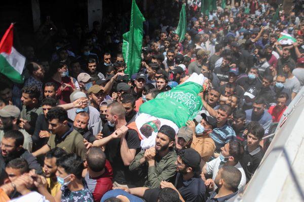 इजराइली एयस्ट्राइक में हमास (इजराइल इसे आतंकी संगठन मानता है) के कमांडर की मौत के बाद उसके जनाजे में शामिल फिलिस्तीनी।