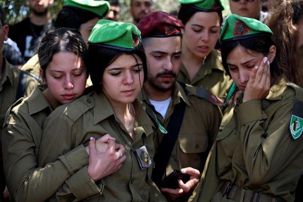 इजराइली सैनिक उमर तबीब के फ्यूनरल में दुख जाहिर करते इजराइली आर्मी के सैनिक।