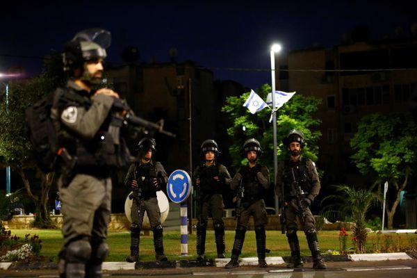 इजराइल की पुलिस अब तक दंगों में शामिल 400 लोगों को गिरफ्तार कर चुकी है।