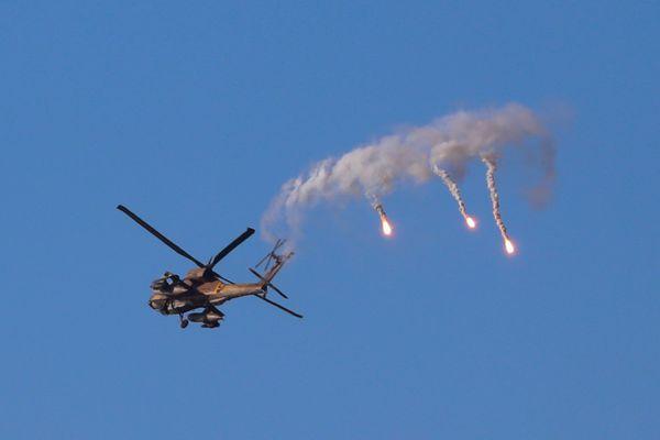 गाजी पट्टी पर हमास के ठिकानों पर एयरस्ट्राइक करता इजराइली एयरफोर्स का हेलिकॉप्टर।