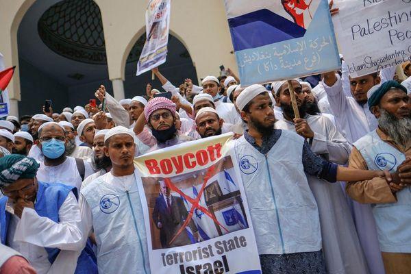 बांग्लादेश की राजधानी ढाका में नमाज के बाद इकट्ठा हुए प्रदर्शनकारी।