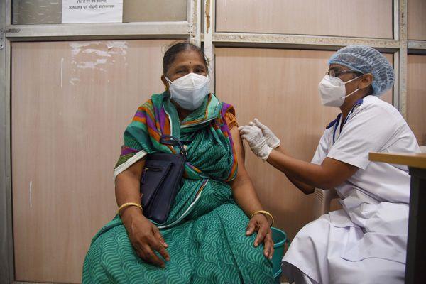 महाराष्ट्र में फिलहाल 45+ साल से ज्यादा उम्र वाले लोगों का टीकाकरण ही किया जा रहा है।