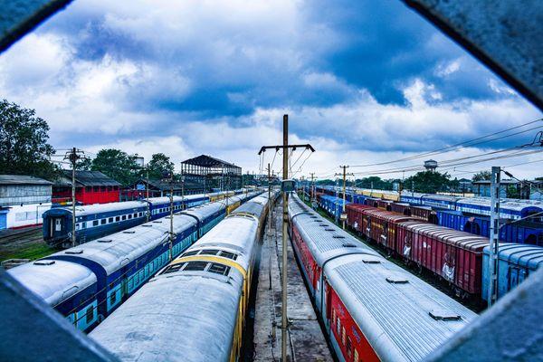 यास तूफान के से होने वाले खतरे को देखते हुए 29 मई तक कई ट्रेनें रद्द कर दी गई हैं। झारखंड के धनबाद में यार्ड में खड़ीं ट्रेनें।