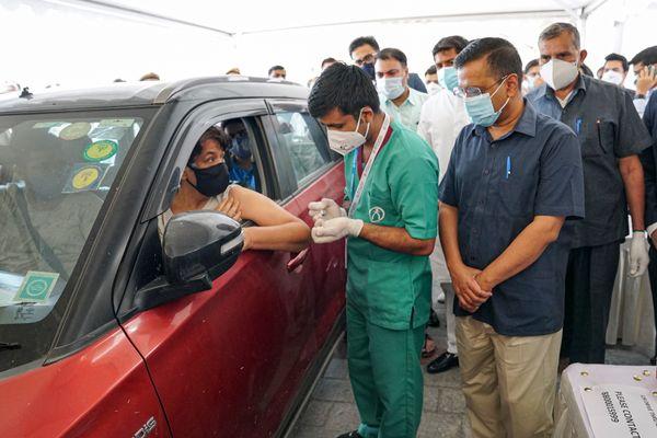 दिल्ली के मुख्यमंत्री अरविंद केजरीवाल बुधवार को द्वारका के ड्राइव थ्रो वैक्सीनेशन सेंटर का जायजा लेने पहुंचे।