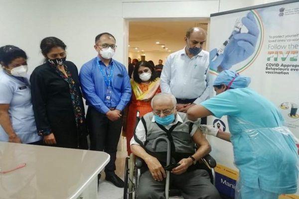 देश में अभी सीनियर सिटीजंस को भी साधारण लोगों की तरह वैक्सीनेशन सेंटर पर जाकर टीका लगवाना होता है।