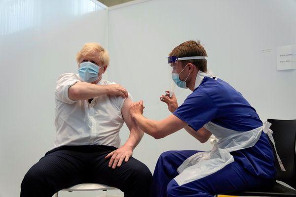 ब्रिटेन के प्राइम मिनिस्टर बोरिस जॉनसन ने एस्ट्राजेनेका वैक्सीन का दूसरा डोज लगवाया।