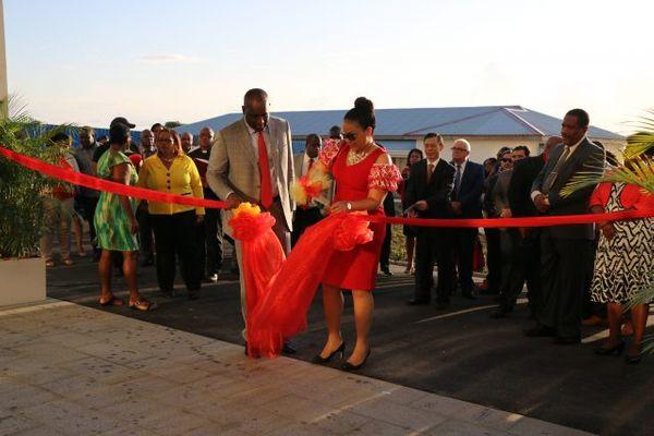 6 फरवरी 2019 को चीन की मदद से बने डोमिनिका चाइना फ्रेंडशिप हॉस्पिटल का उद्घाटन करते वहां के PM रोजरवेल्ट स्केरिट और उनकी पत्नी मेलिसा।