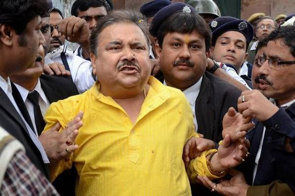 ममता के ट्रांसपोर्ट और खेल मंत्री मदन मित्रा भी घोटाले में घिरे।
