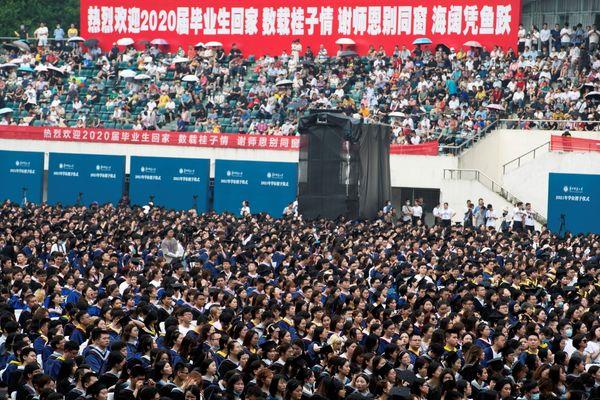 वुहान की सेंट्रल चाइना नॉर्मल यूनिवर्सिटी में 13 जून को ग्रेजुएशन सेरेमनी की गई। इसमें हजारों स्टूडेंट बिना मास्क पहने शामिल हुए। जाहिर है कि चीन में कोरोना काबू में आ चुका है।