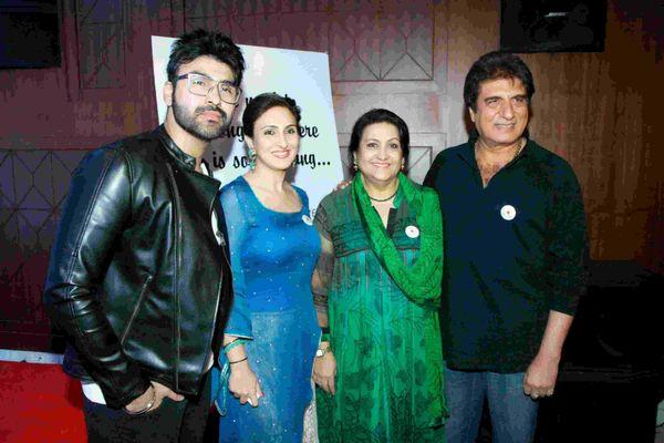 बेटे आर्य, बेटी जूही और पत्नी नादिरा की साथ राज बब्बर।