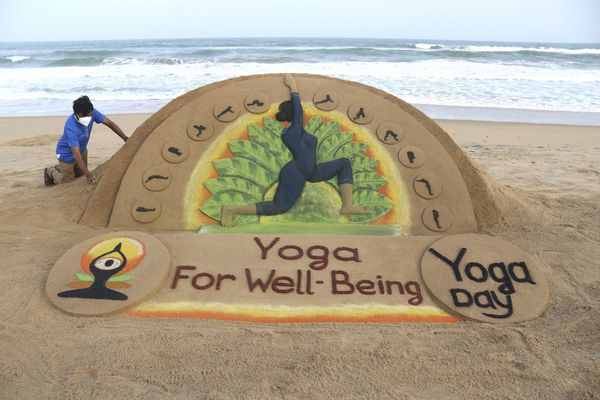 सेंड आर्टिस्ट सुदर्शन पटनायक ने योग दिवस पर सुंदर कलाकृति बनाई।