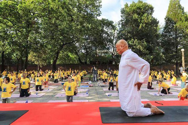 चीन में इंडियन एम्बेसी में रविवार को योग दिवस के मद्देनजर कार्यक्रम किया गया। इसमें कई लोगों ने हिस्सा लिया।