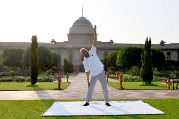 राष्ट्रपति रामनाथ कोविंद ने दिल्ली में स्थित राष्ट्रपति भवन में योग किया।