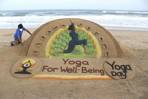 रेत से खूबसूरत कारीगरी करने वाले कलाकार सुदर्शन पटनायक ने रविवार को पुरी में अंतरराष्ट्रीय योग दिवस से पहले योग पर आधारित कलाकृति बनाई।