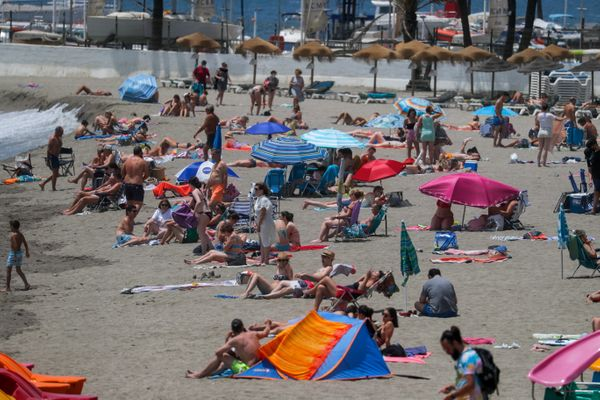 स्पेन के मार्बेला में कोरोना के खतरे के बीच बड़ी संख्या में लोग समुद्र के किनारे पहुंच रहे हैं।