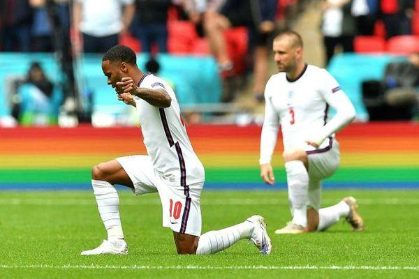 नस्लवाद के खिलाफ दुनिया को मैसेज देते इंग्लैंड के फुटबॉल प्लेयर्स।