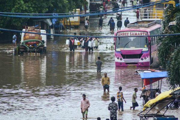 भारी बारिश के कारण मुंबई में कई दिनों तक सड़कें पानी में डूबी रहीं।