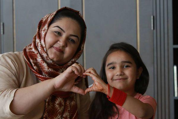 बेटी अवेझा करगर के साथ अफगानी सांसद रंगीना करगर।