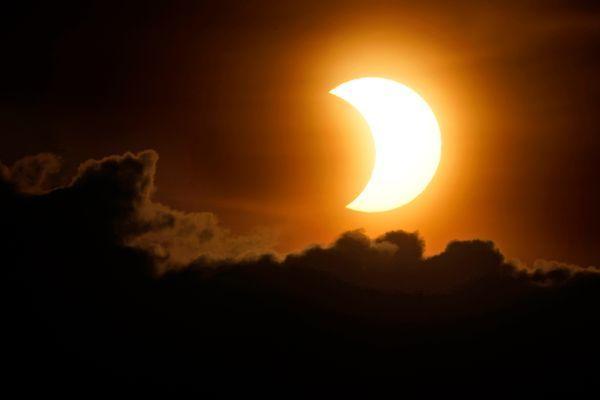 न्यूयॉर्कच्या मॅनहॅटनमध्ये अशा प्रकारे दिसले सूर्यग्रहण