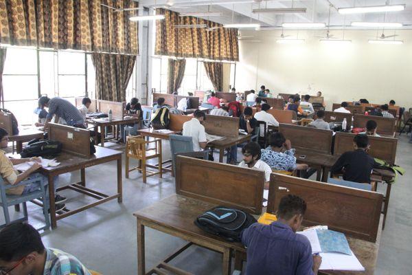 ગુજરાત યુનિવર્સિટીની સેન્ટ્રલ લાઇબ્રેરીનું વાંચનાલય કેન્દ્ર