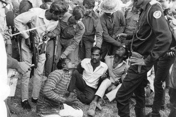 25 માર્ચ, 1971નાં રોજ પાકિસ્તાની સેનાએ ઓપરેશન સર્ચલાઈટનો પ્રારંભ કર્યો. આ ઓપરેશન અંતર્ગત પાકિસ્તાની સેના અને પોલીસે ઘણો જ નરસંહાર કર્યો. (ફાઈલ)