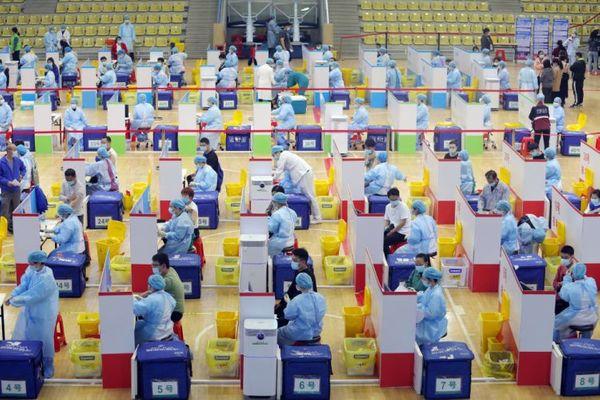 चीन में, स्थानीय लोगों ने 23 मार्च 2021 को टीकाकरण प्रक्रिया में भाग लिया।