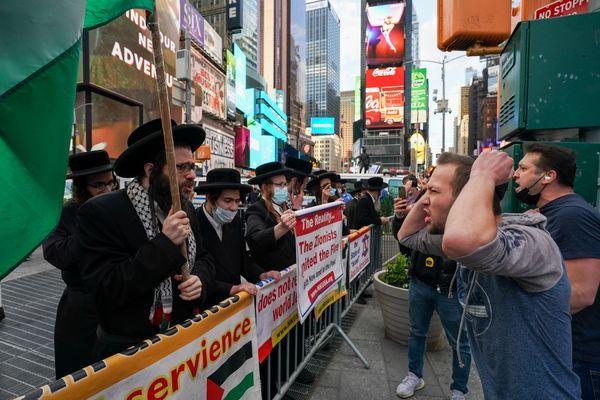 इज़राइल और फिलिस्तीन के समर्थकों ने संयुक्त राज्य अमेरिका में टाइम्स स्क्वायर में प्रदर्शन किया।