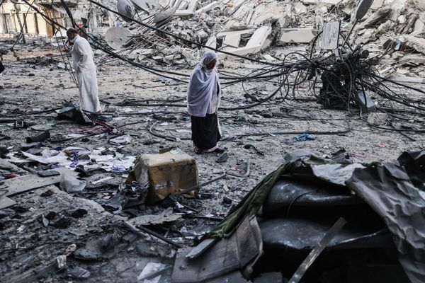 इज़राइल ने गाजा पट्टी में सबसे ज्यादा हवाई हमले किए हैं।  ऐसे ही एक हवाई हमले में शाहरुख टावर ढह गया।