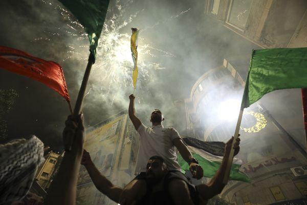पश्चिमी तट फ़िलिस्तीन में लोग देर रात सड़कों पर उतर आए और नारे लगा कर झंडे लहराए.