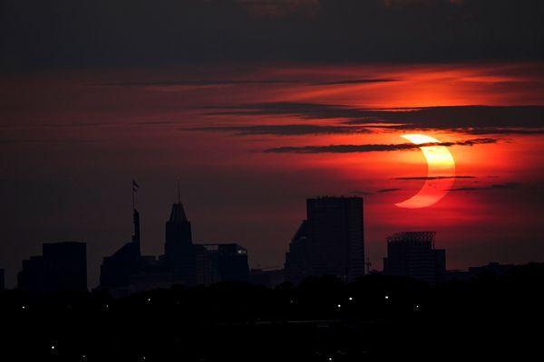 बाल्टीमोर, मैरीलैंड में एक सूर्य ग्रहण की आश्चर्यजनक तस्वीर