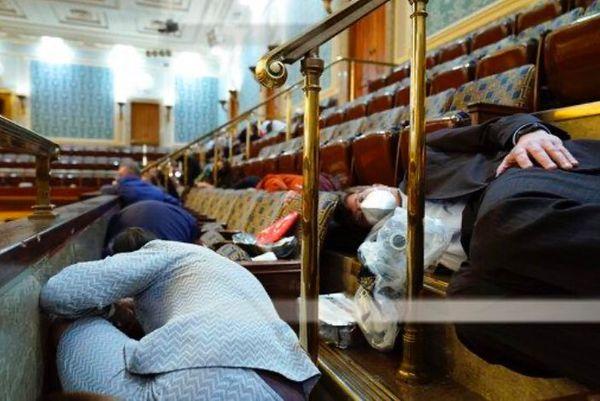 संसद पर हमले के दौरान सांसद गैलरियों में टेबल के नीचे इस तरह छिप गए थे।