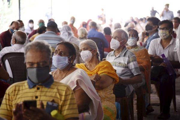 नवी मुंबई के वाशी में 45 साल से ज्यादा उम्र के लोग टीकाकरण के लिए लंबी कतार लगा रहे हैं।